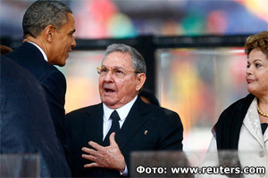 The ceremonial handshake between presidents Barack Obama and Raul Castro at the funeral of Nelson Mandela (Photo: www.reuters.com)