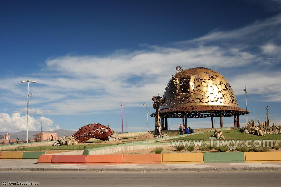 "Монумент  ""Каска горняка "" - Оруро, Боливия."
