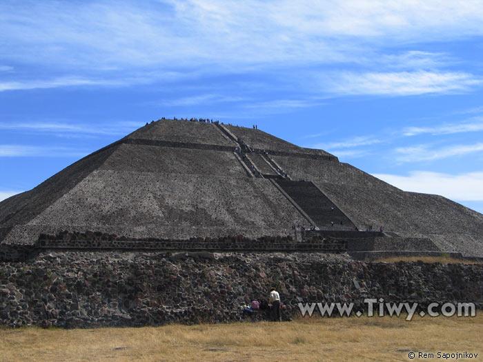 http://www.tiwy.com/pais/mexico/fotos_2005/teotihuacan/piramide_del_sol.jpg