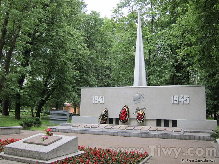 Памятник из цветного гранита Багратионовск Памятник с крестом на просвет Войковская