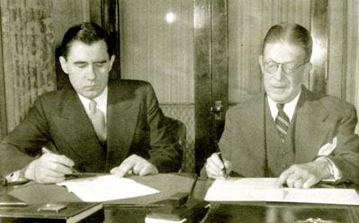 Посол СССР в США Андрей Громыко и посол Венесуэлы в США Диохенес Эскаланте